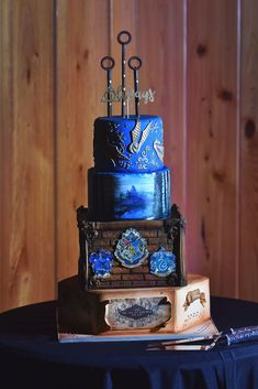 When Harry Potter Meets Central Florida Wedding Daytona Wedding And Engagement Photographer Jennifer Juniper Shared The Wedding Of Two Muggles Chelsea Amp Kyle Harry Potter Themed Wedding Inspo Ravenclaw Amp Slytherin Wedding Harry Potter Wedding Cake Bolo Harry Potter, Gateau Harry Potter, Harry Potter Wedding Cakes, Harry Potter Birthday Cake, Theme Harry Potter, Harry Potter Food, Harry Potter Engagement, Fancy Wedding Cakes, Wedding Cake Prices