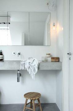 Baño decorado en blanco y hormigón