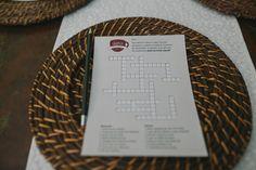 Para convidados interagirem, palavras cruzadas que contam a história dos noivos.  Os primeiros que acertassem ganhavam um brinde!  Fotografia: Diogo Perez   #wedding #casamento #weddingdecoration #creativewedding #crosswords