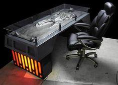Het Star Wars-bureau: Wie aan dit bureau wil zitten, moet wel een beetje een 'geek' zijn. Echte fans van Star Wars herkennen natuurlijk meteen Han Solo's in carboniet gevangen lichaam. Een beetje beangstigend misschien … maar van 1 ding ben je zeker: 'the force is with you!'