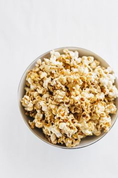 A homemade Healthy Salted Caramel Popcorn recipe using stovetop popcorn and a healthier salted caramel sauce. Recipe by The Almond Eater. Sweet Popcorn, Popcorn Bar, Popcorn Snacks, Salted Caramel Popcorn, Carmel Popcorn, Snack Recipes, Cooking Recipes, Healthy Popcorn Recipes, Vegan Recipes