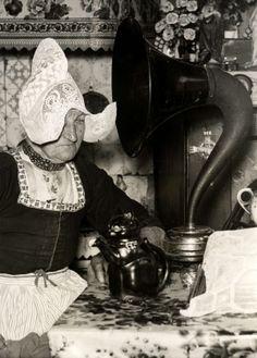 Volendamse vrouw in klederdracht luistert naar de radio op 31 januari 1938. Geboorte Beatrix. Volendam, Nederland, 1938. #NoordHolland #Volendam