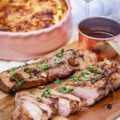 Ugnsstekt fläskytterfilé med potatisgratäng och rödvinssås är en riktig klassiker. Här helsteks fläskytterfilén med vitlök och timjan.