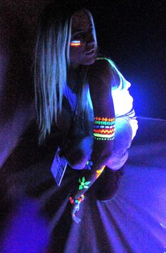 neon paint would look good on dark skinned people in africa, especially by candlelight at night. :( this is neat because everyone looks dark when wearing neon paint Glow Run, Neon Face Paint, Body Paint, Rave Face Paint, Hippie Face Paint, Tinta Neon, Festival Makeup Glitter, Full Moon Party, Glow Paint