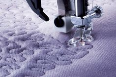 Using the optional Open Toe Freemotion Foot you can create beautiful free-motion… Quilting Blogs, Free Motion Quilting, Quilting Tutorials, Patchwork Quilting, Sewing Hacks, Sewing Crafts, Sewing Projects, Sewing Tips, Machine Embroidery Quilts