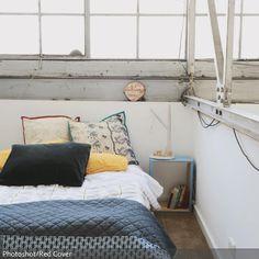 Große Fensterfronten Mit Sprossen, Gerüsten Und Sichtbeton Bringen Eine  Besondere Industrie Note Ins Schlafzimmer