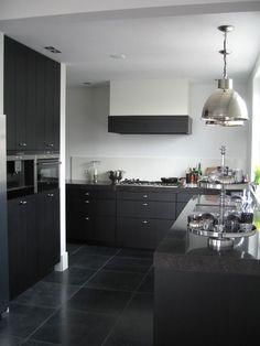 Zwarte keuken / witte muren