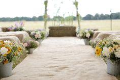 burlap aisle - Jutestoff am Mittelgang zum Altar | Hochzeitsblog - The Little Wedding Corner