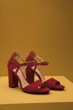 sandalia salto medio grosso com detalhe de tiras no calçanhar Mais