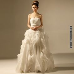 Strapless Ball Gown Organza wedding dress | VIA #WEDDINGPINS.NET