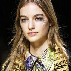 Burberry ha optado por las pecas de purpurina de las que os hablábamos este finde en #Fashionisima.es #trendalert #beautytrend #glitter #beauty #makeup #maquillaje de #fiesta #tendencia #belleza#funfashion #night #nightlook #party #weekend #findesemana #fiesta #guapa #modelo #burberry #fall16 #LFW #fashionweek #fashionshow