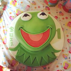 Buzzes birthday cake - Kermit the frog - the muppets