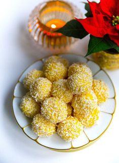 Släng ihop de godaste saffransbollarna på ett kick. Åh va dom är goda och enkla att göra. Många av er kommer säkert känna igen receptet, det är nämligen samma recept som mina mycket omtyckta kokossnöbollar. Jag tillsatte bara saffran i smeten och det blev en absolut fullträff! Vill du göra dessa i god tid så funkar det alldeles utmärkt att frysa in bollarna, lägg sedan på ett fat och låt tinas i rumstemperatur. Ca 24 st saffransbollar Bollarna: 200 g riven kokos 1 burk sötad kondenserad… Christmas Sweets, Christmas Baking, Raw Food Recipes, Dessert Recipes, Swedish Recipes, Homemade Candies, Bagan, Pumpkin Dessert, Coco