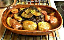 Mumsig stek i lergryta. Zucchini Curry, Pork Rib Recipes, Just Eat It, Mushroom Sauce, Pork Ribs, Sauerkraut, Stew, Slow Cooker, Stuffed Mushrooms