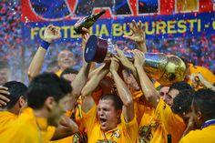 Alexandru Bourceanu, de la Steaua Bucureşti, se bucură după ce a primit trofeul Ligii I, la finalul meciului cu FC Braşov, din etapa a XXXIV-a a Ligii I, la Bucureşti, marţi, 28 mai 2013. (  Andreea Alexandru / Mediafax Foto  ) - See more at: http://zoom.mediafax.ro/sport/steaua-bucuresti-titlul-24-10909118#sthash.ewIQM6vR.dpuf