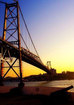 De dia ou de noite a ponte Hercílio Luz é muito bonita.