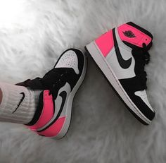 Discover recipes, home ideas, style inspiration and other ideas to try. Jordan Shoes Girls, Girls Shoes, Zapatillas Nike Jordan, Nike Shoes Air Force, Cute Sneakers, Sneakers Nike, Jordan Sneakers, Aesthetic Shoes, Hype Shoes