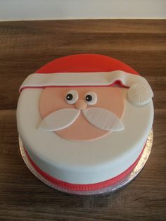 Kerstman taart / Santa cake Christmas Cake Decorations, Christmas Cakes, Christmas Baking, Fondant, Santa Cake, Nom Nom, Cake Decorating, Xmas, Cupcakes