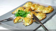 Empanadillas carbonara   - 16 obleas de empanadilla. - 1 tarrina de queso de untar (unos 200gr.). - 6 tiras de bacon. - 2 cebollas medianas - 1 huevo - aceite, sal y pimienta.