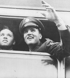 1958 10 01 = Elvis et son bataillon ont pris un train de troupes de Bremerhaven Elvis Presley Army, Elvis Presley Photos, Stars Du Rock, Army Day, Famous Pictures, Old Soul, Original Song, Greatest Songs, Rey