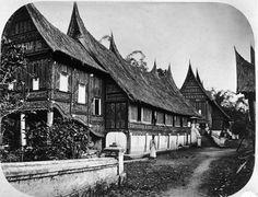 Berkas:COLLECTIE TROPENMUSEUM Minangkabau-huis van Radja Mengkoeloe te Kotagedang nabij Fort de Kock Sumatra. TMnr 60003328.jpg