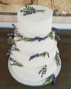 Lavender buttercream wedding cake designed by Cake&Bloom Mallorca