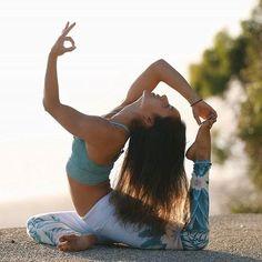 @yogawithbriohny wearing the Gypset Goddess x Alo Airbrush Legging and Power Crop ✨✨ #aloyoga #beagoddess