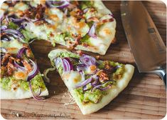 Pizza mit Brokkolipesto und Coppa