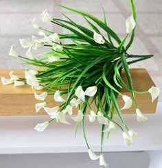 25 міні білих калл з листям зібраних в букет