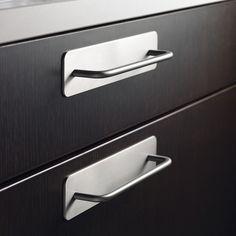 La poign e de meuble square avec sa touche noir inox - Poignee pour meuble cuisine ...