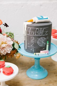 Ready for back-to-school? Check out this beautiful back-to-school party from duo Alison Bernier and Beijos Events! Teachers Day Cake, Teacher Cakes, Bolo Chalkboard, School Chalkboard, Back To School Party, School Parties, Cake Albums, School Cake, Unique Cakes