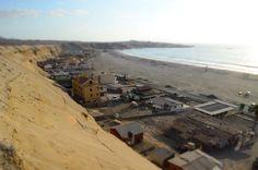 Una vista del lado sur desde el acantilado de la playa de Hornitos