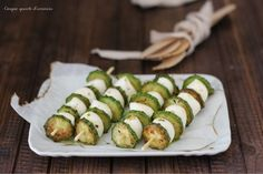 Gli spiedini zucchine e mozzarella sono un fresco e profumato secondo piatto che puòl essere servito anche come antipasto finger food...a voi la scelta!