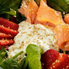 Ensalada Nórdica - Cama de espinacas con fresas o frutos del bosque, salmón ahumado y salsa de queso azul. #doblecremacafe
