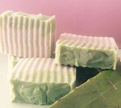Jabón de aloe vera  estimula la regeneración celular, beneficiando la cicatrización y tonificando profundamente la piel.