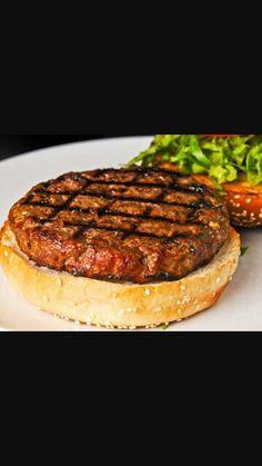 המבורגר גליה: בשר טחון איכותי, רצוי שייטל, בצל קצוץ דק, חציו מטוגן, מלח, פלפל ורוטב ברבקיו איכותי!