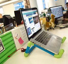 Aprenda a fazer um suporte para notebook utilizando canos de PVC. O passo a passo é simples e bastante acessível. Confira!