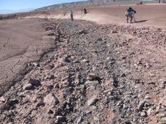 En esta foto del desierto de Atacama, en Chile, se ve un cause seco de un río y las distintas formas de rocas y granos dejados tras el paso del agua. El Curiosity ha encontrado un par de afloramientos parecidos lo que hace creer que hubo ríos en Marte.