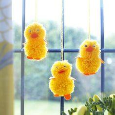 blumen aus pompons, handgemachte kranz aus pompons, dekoriert mit ostern küken, filz, Design ideen