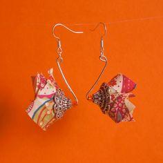 Boucles d'oreilles et tissu Liberty multicolore et coupelle argentée en forme de fleur. Perle de rocaille orange.
