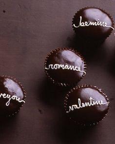 Easy Handwritten Valentine Cupcakes with Chocolate Glaze - Martha Stewart Recipes Valentine Love, Valentine Day Cupcakes, Holiday Cupcakes, Valentines Day Desserts, Hostess Cupcakes, Heart Cupcakes, Valentine Treats, Yummy Cupcakes, Valentine Sayings