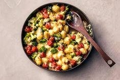 Ovenschotels zijn favoriet. En als ze uit maar 5 ingrediënten bestaan, zijn ze de ultiéme favoriet. Cheeseburger Chowder, Risotto, Macaroni And Cheese, Oven, Soup, Ethnic Recipes, Mac And Cheese, Ovens, Soups