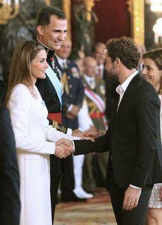 Los Reyes Felipe VI y Letizia saludan al cantante David Bisbal.