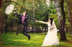 Speelse trouwfoto met kanten paraplu in het bos.