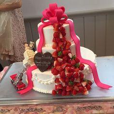 今人気のウェディングケーキ「フルーツシャワーケーキ」って? | marry[マリー] Bling Wedding Cakes, Birthday Candles, Birthday Cake, Something Sweet, Whipped Cream, Beautiful Cakes, Cake Decorating, Strawberry, Wedding Inspiration