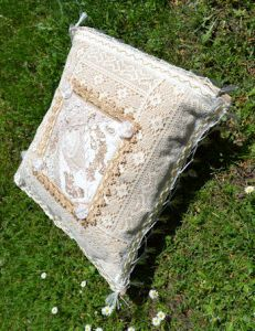 crazy cushion Cushions, Quilts, Studio, Throw Pillows, Toss Pillows, Pillows, Quilt Sets, Quilt, Log Cabin Quilts