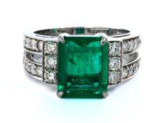Ringweite: 53. Gewicht: ca. 8 g. WG 750. Hochwertiger eleganter Ring mit rechteckigem Smaragd im Treppenschliff, ca. 2,5 ct, flankiert von Brillanten, zus. ca....