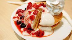 3種類のベリーとホイップクリームがたっぷり載せられたファーストキッチンの新作3段重ねパンケーキ全3品を食べてみました - GIGAZINE