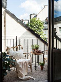 Historiska hem Apartment Balcony Decorating, Apartment Balconies, Home Interior Design, Interior And Exterior, Small Home Offices, Outdoor Spaces, Outdoor Decor, Balcony Garden, Cozy House