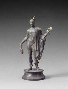 Cette statuette en bronze de Mercure le montre sous son aspect le plus classique : un jeune homme nu, portant sur l'épaule la chlamyde, le manteau des voyageurs, sur la tête le pétase ailé, des ailettes aux talons et le caducée. Les animaux qui l'accompagnent habituellement, le coq, le bélier et la tortue, manquent. Datation : Ier-IIIe s. ap. J.-C. Origine : Dragages de la Saône, à la pointe de l'île Barbe, en amont de Lyon (Rhône) Gaule Romaine, Ancient Greek Sculpture, Greek Gods, Bronze Sculpture, Les Oeuvres, Religion, Art Deco, Statue, Antiques